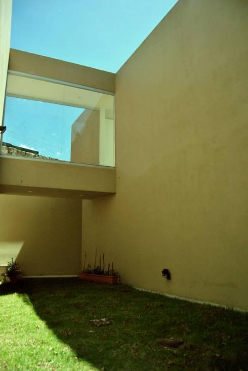 Casa Vittoria Prima: Casas de estilo moderno por Javier Pareja arquiteco