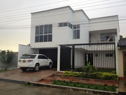 Fachada principal: Casas de estilo moderno por John Robles Arquitectos