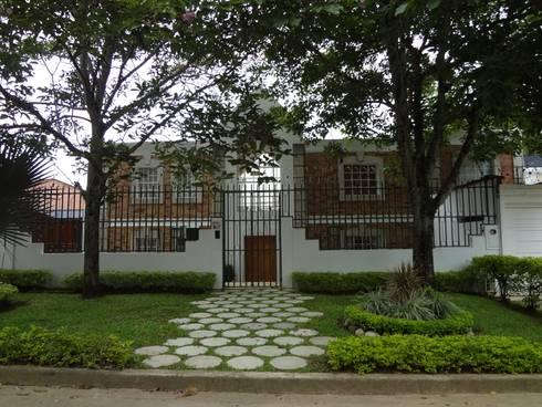 Acceso principal : Casas de estilo rústico por John Robles Arquitectos