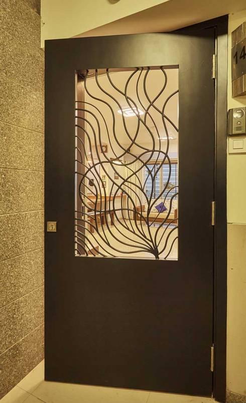 main door:  Living room by iSTUDIO Architecture