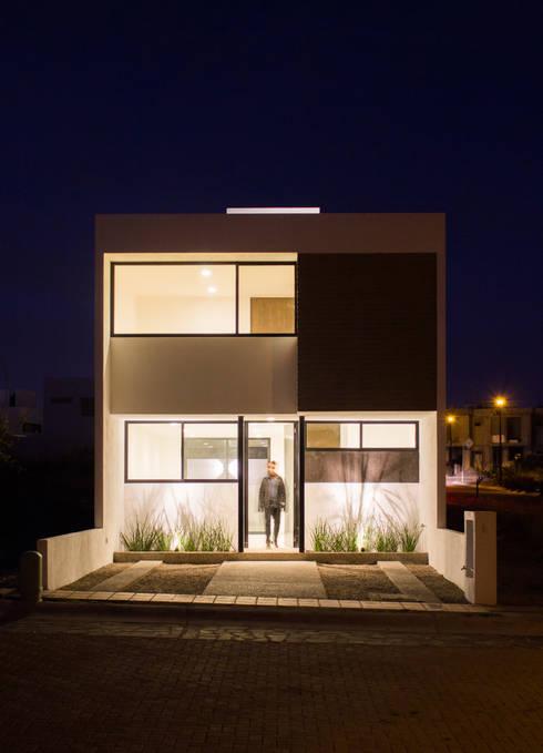 Fachada Casa Pedregal noche: Casas de estilo  por Región 4 Arquitectura