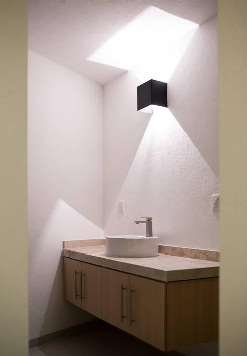 Projekty,  Łazienka zaprojektowane przez Región 4 Arquitectura