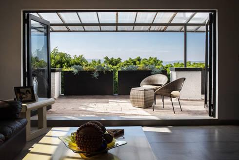 Sala/Terraza Casa Colinas: Terrazas de estilo  por Región 4 Arquitectura