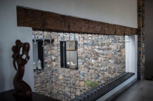 Barandal Casa Colinas: Pasillos y recibidores de estilo  por Región 4 Arquitectura