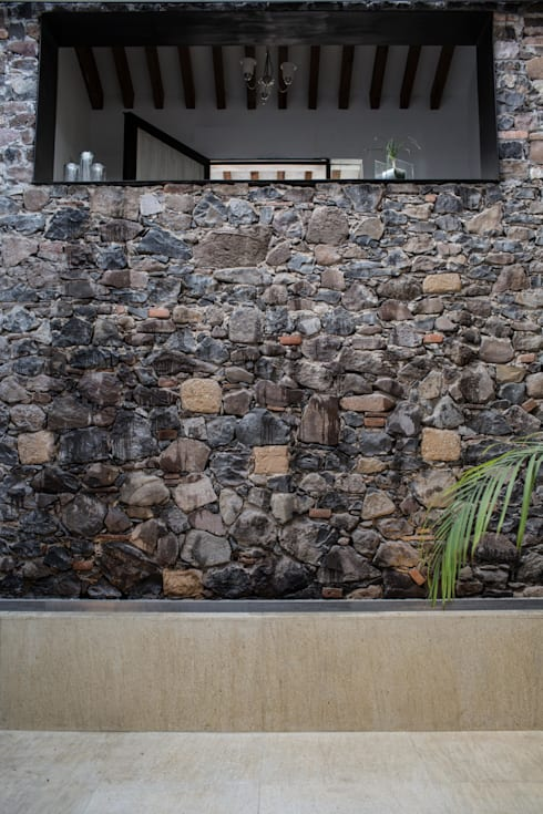 Patio Casa Colinas: Pasillos y recibidores de estilo  por Región 4 Arquitectura