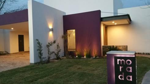 ENTRADA PRINCIPAL CASA MORADA: Casas de estilo moderno por MARIO TALAMAS