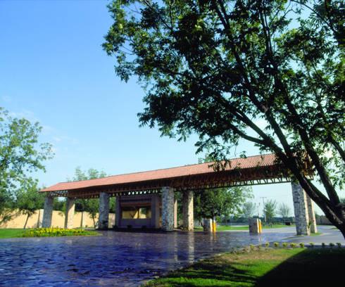 ACCESO PRINCIPAL FRACCIONAMIENTO RESIDENCIAL LAS VILLAS: Jardines de estilo moderno por MARIO TALAMAS