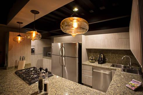 Casa Bunker : Cocinas de estilo industrial por Con Contenedores S.A. de C.V.