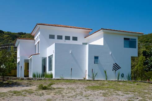 FACHADA LATERAL: Casas de estilo colonial por Excelencia en Diseño