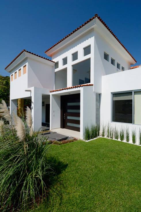 FACHADA FRONTAL: Casas de estilo colonial por Excelencia en Diseño