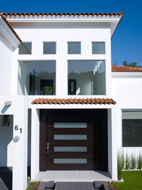 INGRESO PRINCIPAL: Casas de estilo colonial por Excelencia en Diseño