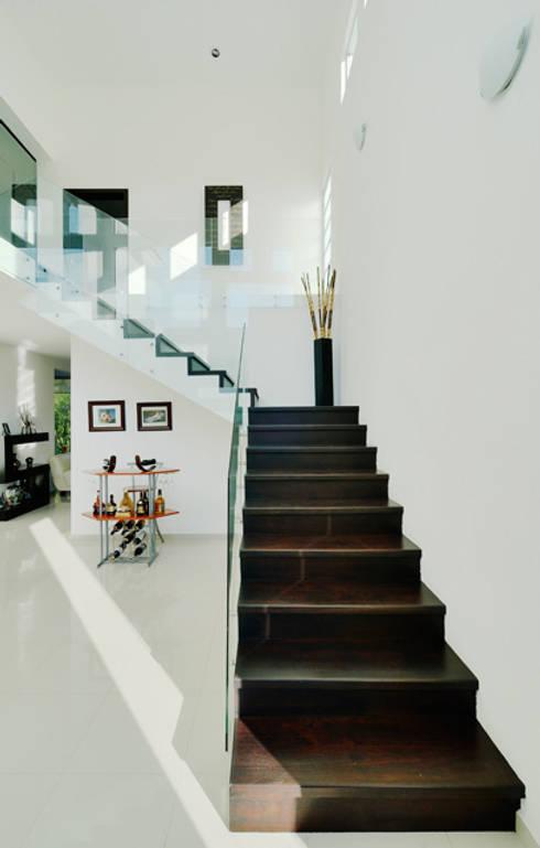 Projekty,  Korytarz, przedpokój zaprojektowane przez Excelencia en Diseño