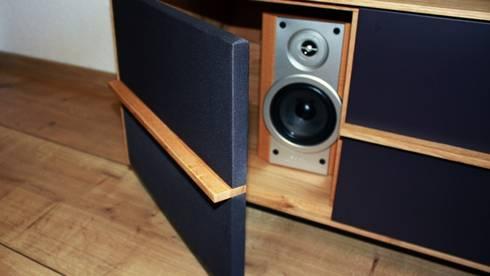 Schallsurchlässige Front: moderne Wohnzimmer von Ruperti Schreinerei