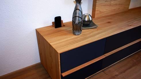 Ladestation für multimedia Geräte: moderne Wohnzimmer von Ruperti Schreinerei
