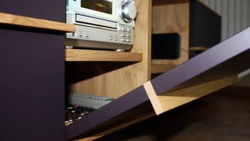 Medien Wohnwand Fine Line: moderne Wohnzimmer von Ruperti Schreinerei