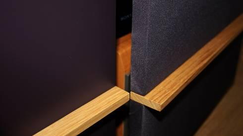 Stoff- und Lackfront im gleichen Farbton: moderne Wohnzimmer von Ruperti Schreinerei