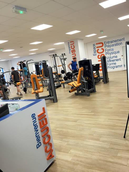 Concept Orange Bleue: Salle de sport de style  par Agence 1+1