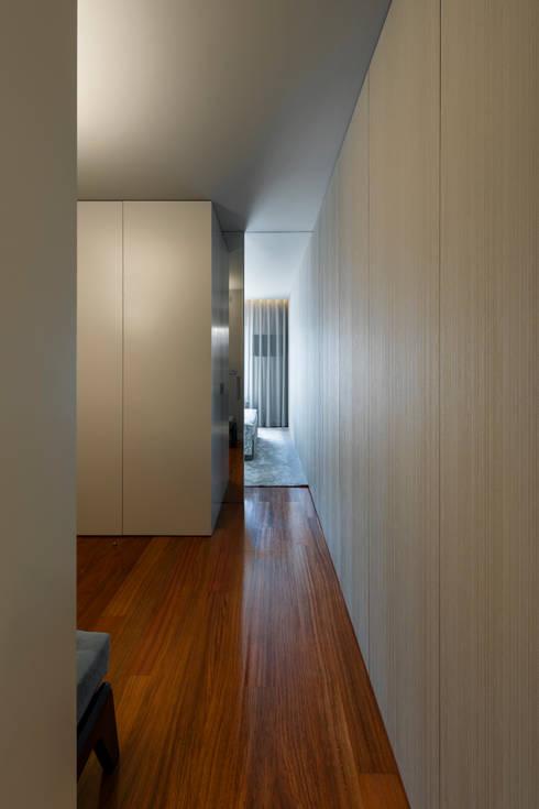 Suite na Arrábida: Quartos modernos por ABPROJECTOS
