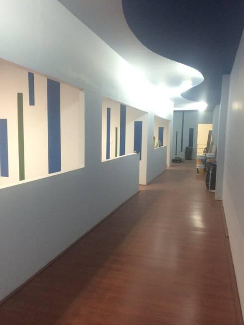 Vista Pasillo: Estudios y oficinas de estilo minimalista por Perfil Arquitectónico