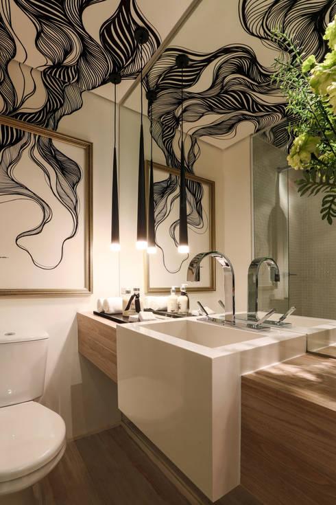 BSINCO_Universo Augusta 22m²: Banheiros  por Chris Silveira & Arquitetos Associados