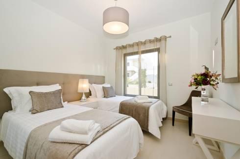 Private Interior Design Project - Apartment in Alvor: Quarto  por Simple Taste Interiors