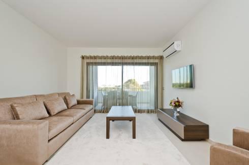 Private Interior Design Project – Apartment in Alvor: Sala de estar  por Simple Taste Interiors