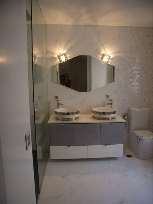 Móvel lacado alto brilho : Casa de banho  por IRMÃOS LEÇA DE FREITAS, LDA