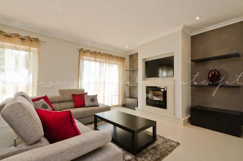 Private Interior Design Project – Apartment Vila Sol Palmyra: Sala de estar  por Simple Taste Interiors