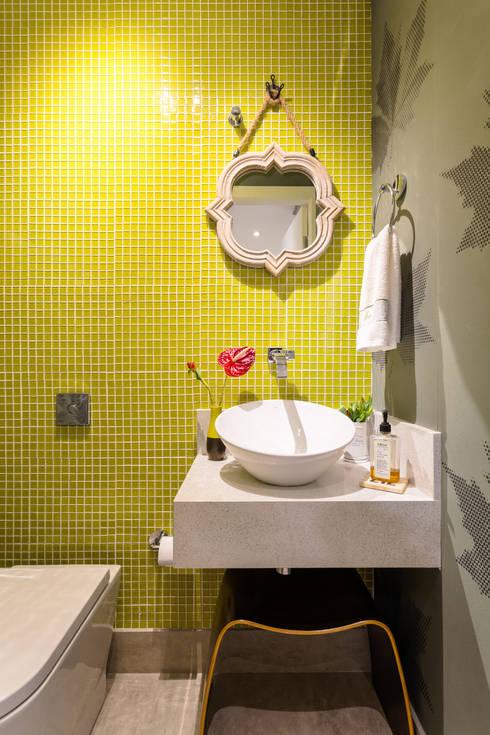 Lavabo Amarelo: Banheiros  por Motirõ Arquitetos