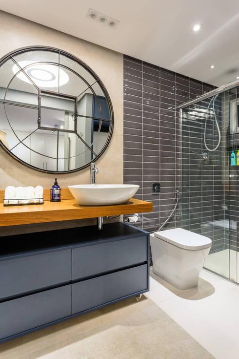 Banheiro Masculino Contemporâneo: Banheiros  por Motirõ Arquitetos
