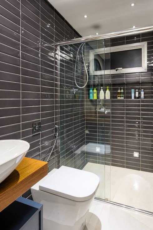 Banheiro Masculino: Banheiros  por Motirõ Arquitetos