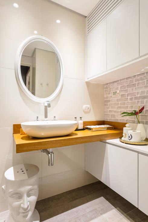 Phòng tắm by Motirõ Arquitetos