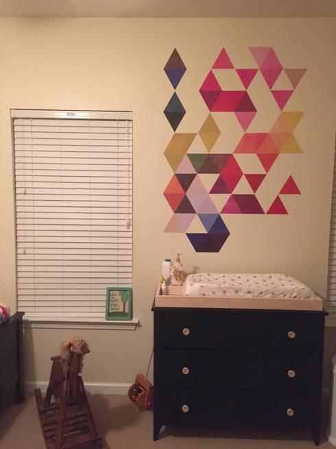 Nursery – Mid Century Style with Multi Colored Triangles Mid Century:   por MOONWALLSTICKERS.COM