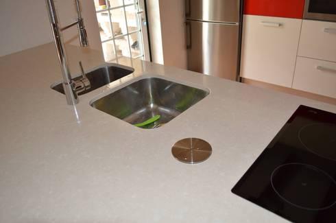 Pia e placa: Cozinhas modernas por Ansidecor
