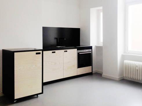 KITCHEN IN BLACK: moderne Küche von Maison du Bonheur