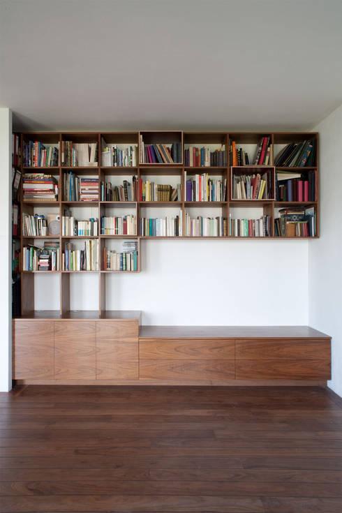 BOOKCASE: moderne Wohnzimmer von Maison du Bonheur