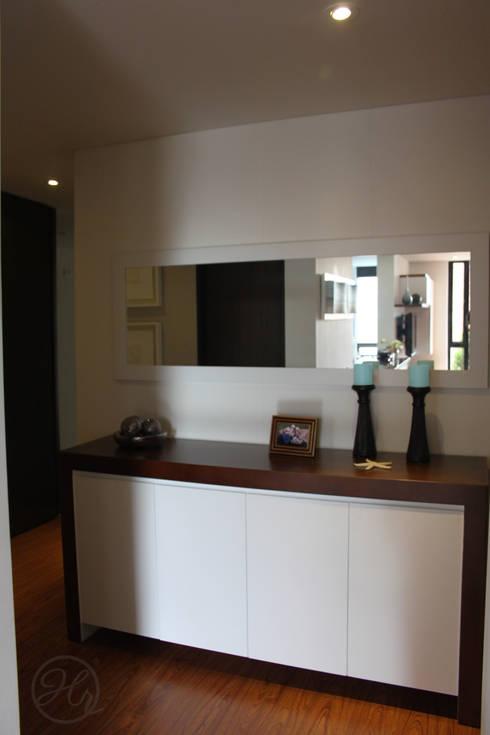 Contraste en los materiales del mobiliario: Pasillos y recibidores de estilo  por Home Reface - Diseño Interior CDMX