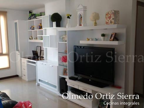 Mueble de Entretenimiento con escritorio: Estudio de estilo  por Cocinas Integrales Olmedo Ortiz Sierra