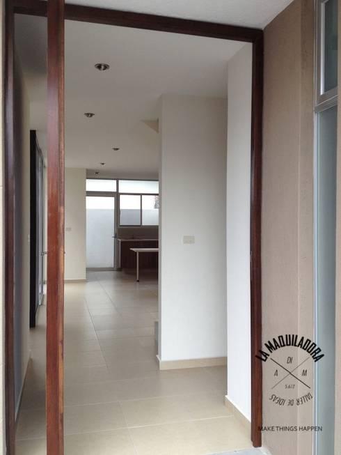 Casa Alborada: Pasillos y recibidores de estilo  por La Maquiladora / taller de ideas
