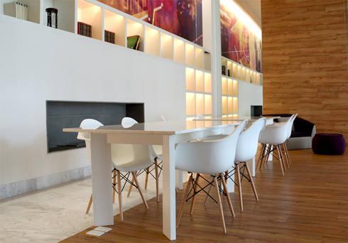 Cosmocrat: Estudios y oficinas de estilo minimalista por Interia Muebles
