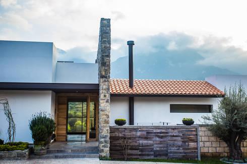 Fachada frontal, acceso principal: Casas de estilo moderno por ICAZBALCETA Arquitectura y Diseño