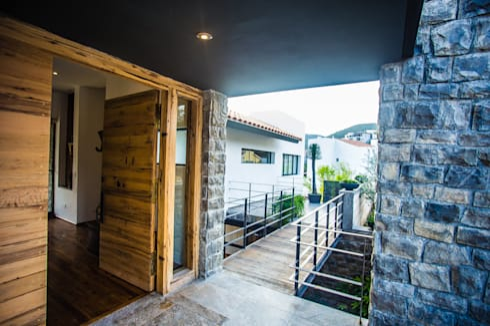 Accesos: Casas de estilo moderno por ICAZBALCETA Arquitectura y Diseño
