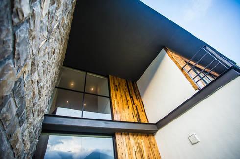 Terraza doble altura: Casas de estilo moderno por ICAZBALCETA Arquitectura y Diseño