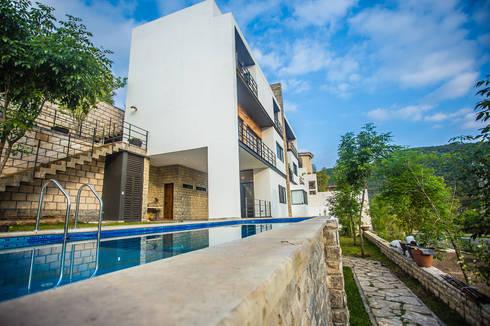 Fachada posterior: Casas de estilo moderno por ICAZBALCETA Arquitectura y Diseño