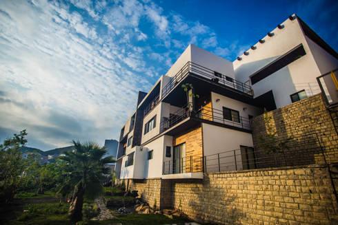 Casa IZ: Casas de estilo moderno por ICAZBALCETA Arquitectura y Diseño