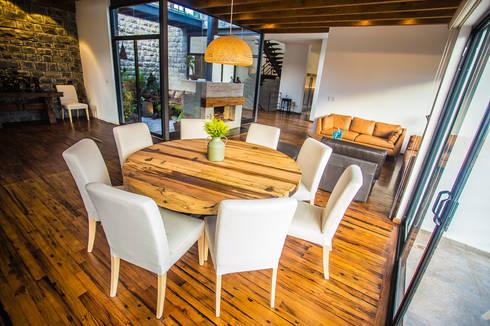 Comedor y sala: Comedores de estilo moderno por ICAZBALCETA Arquitectura y Diseño