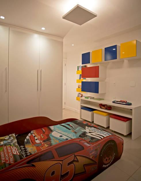 """Veja esse quarto infantil com o tema """"Carros""""! : Quarto infantil  por Andréa Spelzon Interiores"""