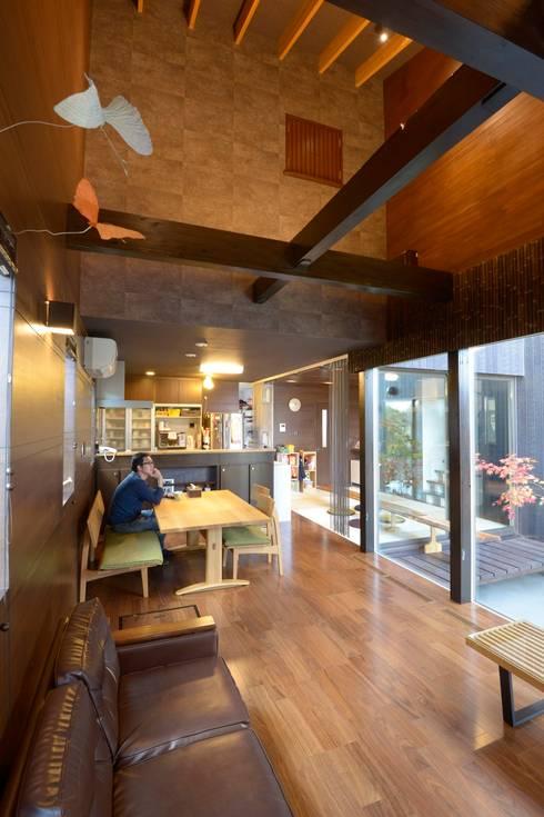 四季の家: 松浦一級建築設計事務所が手掛けたリビングルームです。