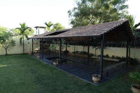 Kasliwal bungalows: minimalistic Garage/shed by 4th axis design studio
