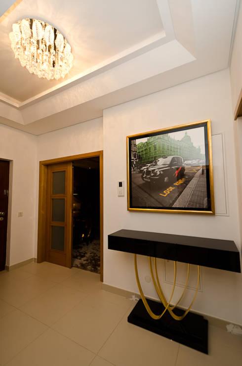 Interior Design Project - Almancil - The Crest: Corredor, hall e escadas  por Simple Taste Interiors